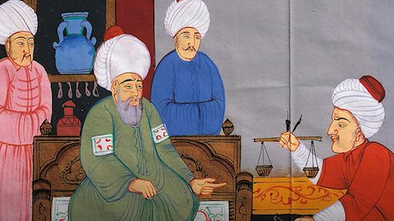 Трое мужчин в белых тюрбанах и разноцветных халатах смотрят на четвертого мужчину с весами