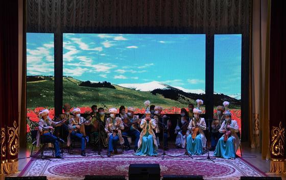 Музыканты в казахских национальных костюмах во время выступления