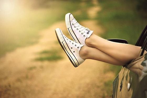 Ноги в кроссовках из окна автомобиля