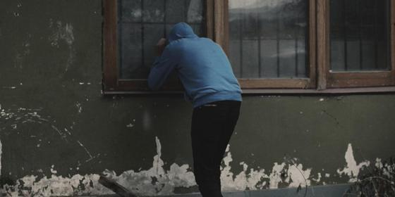 Домушники ограбили 3 квартиры в одном доме в Алматы