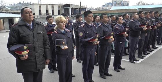 Полицейские Алматы почтили память погибшего в Атырау коллеги (фото)