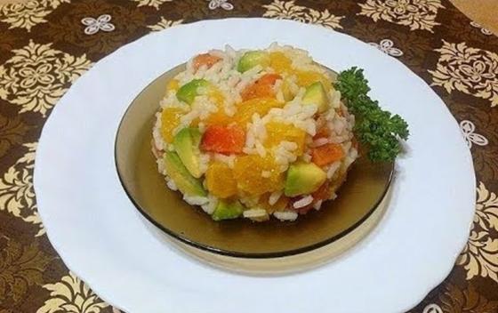 Азиатский салат с рисом и лососем на тарелке