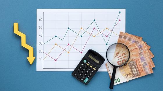 Калькулятор и деньги на фоне графика