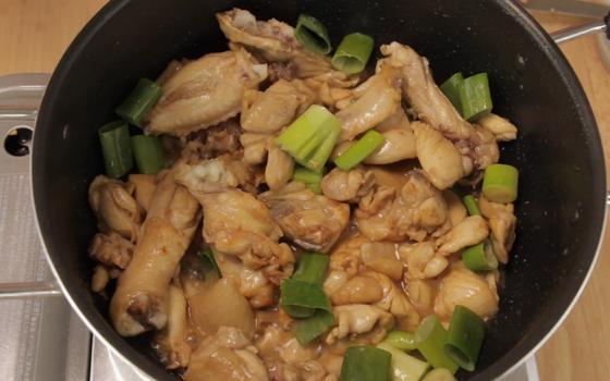 Обжарка курицы с сельдереем в сковороде