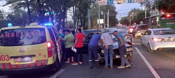 Несколько граждан и медики стоят на месте ДТП