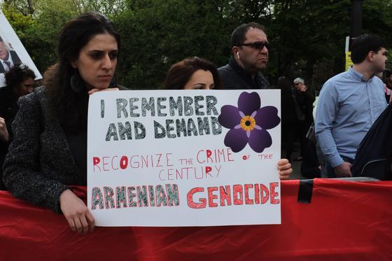 Лондон: драка на акции протеста азербайджанцев у посольства Армении