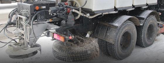 Спецтехника для распыления стоит на дороге