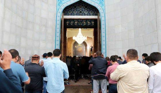 Разбирающие еду на похоронах женщины возмутили чиновника