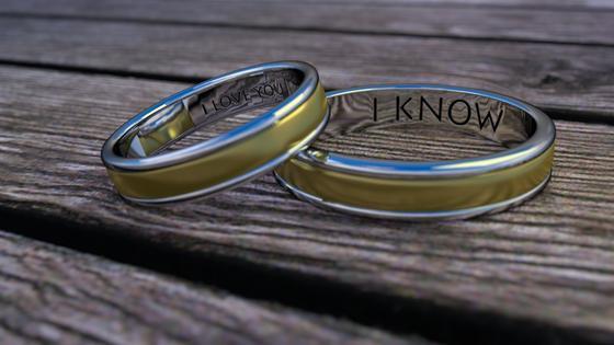 Обручальные кольца на деревянной поверхности