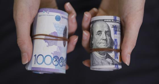 Рулон тенге сравнивают с рулоном долларов