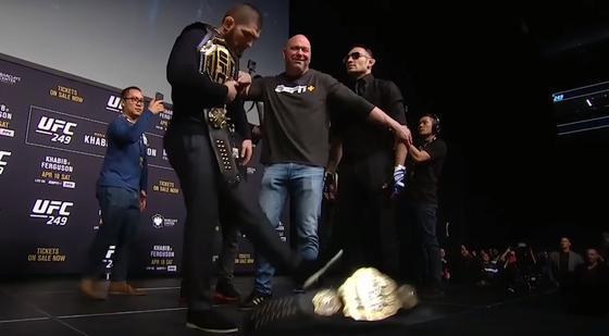 Хабиб пнул пояс временного чемпиона Тони Фергюсона на пресс-конференции (видео)