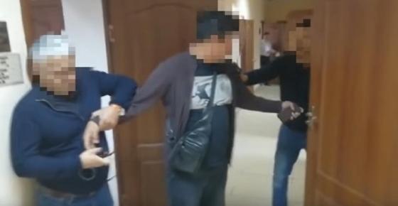 Чиновницу из Сатпаева осудили за 1,2 млн тенге, которые ей вез сын