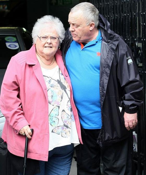 Пожилая пара на прогулке