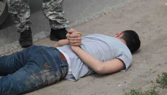 Ограбил магазин и напал на полицейского: пьяного хулигана задержали в Алматинской области