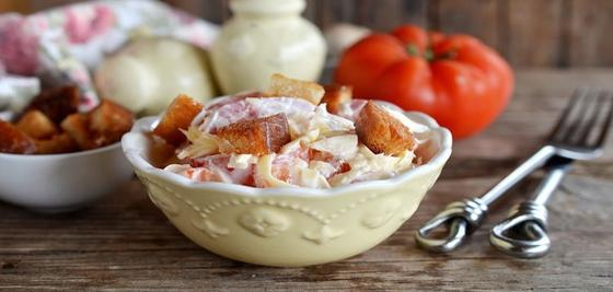 Салат с сухариками в глубокой тарелке