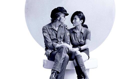 Джон Леннон и Йоко Оно в обнимку