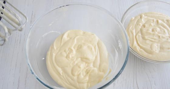 Тесто для пирога в двух стеклянных мисках