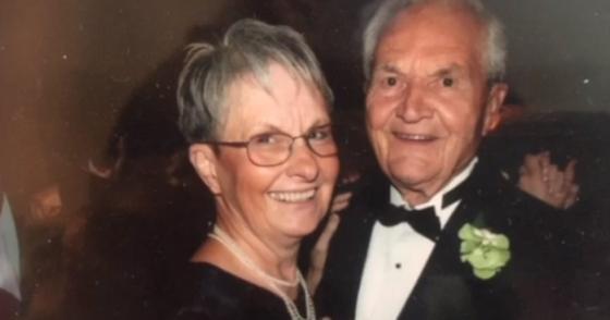 Дедушка и бабушка танцуют