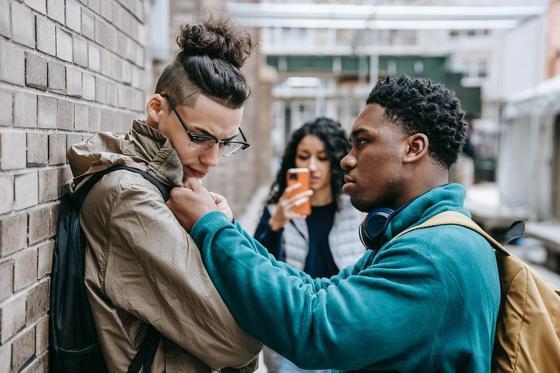 Хулиган задирает парня в очках и девушка снимает ситуацию