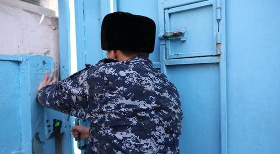 «Привязали скотчем к стулу: Налетчики совершили нападение на АЗС в Шымкенте