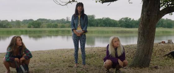 Три девушки около реки. Кадр из сериала «Чики»