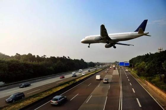 Самолет в Польше приземлился прямо на дорогу