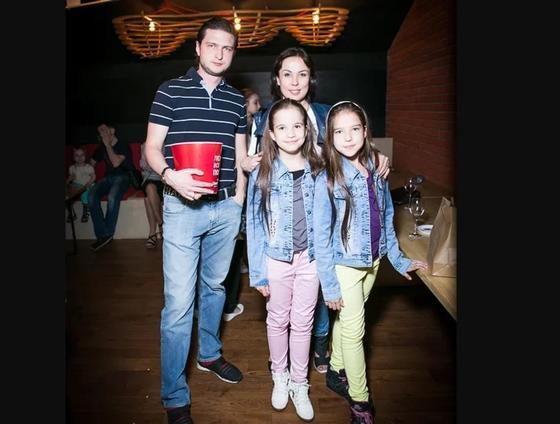 Аружан Саин с мужем и детьми. Фото: look.tm