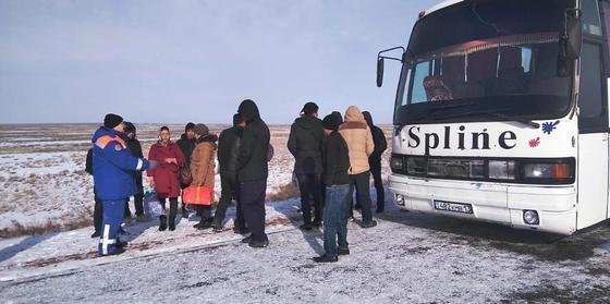 Полсотни замерзших пассажиров спасли из автобуса на трассе Алматы-Екатеринбург
