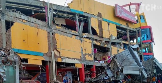 Сотни тел и разрушенные здания: последствия цунами в Индонезии попали на видео