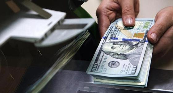 Доллар «обвалился» в обменниках до 366 тенге