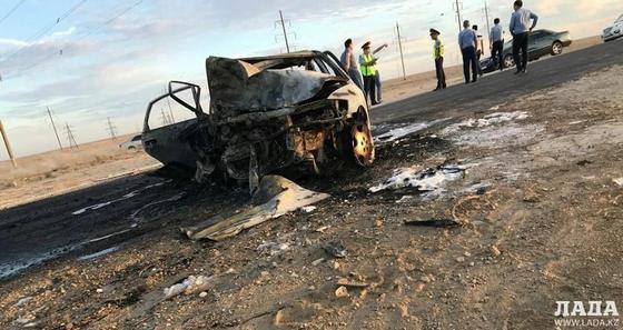 После ДТП близ Жанаозена сгорел автомобиль (фото, видео)