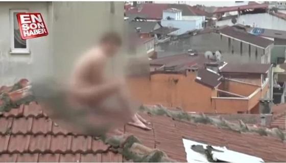 Тыр жалаңаш күйінде шатырға шығып алған жігітті полиция тұтқындады