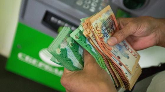 Почему курс тенге отличается в обменниках и на бирже, объяснили в Нацбанке