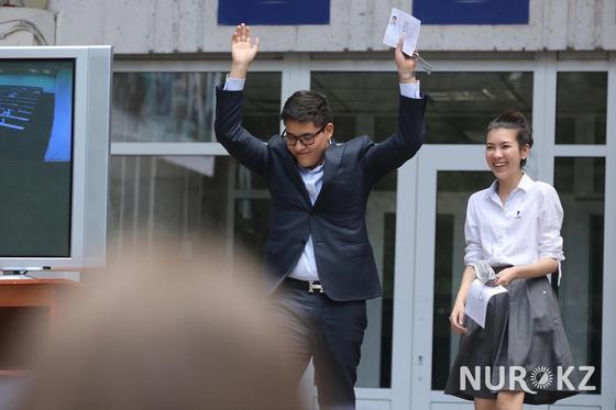 Не готовился и не волнуюсь: алматинские выпускники сдают ЕНТ (Фото)