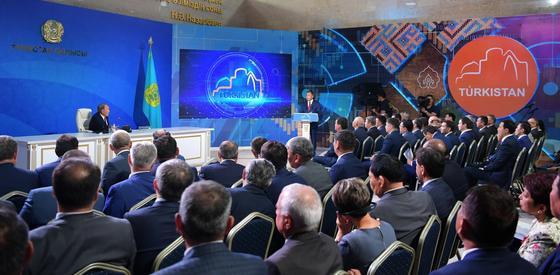 Назарбаев поручил миллиардеру построить здание в Туркестане