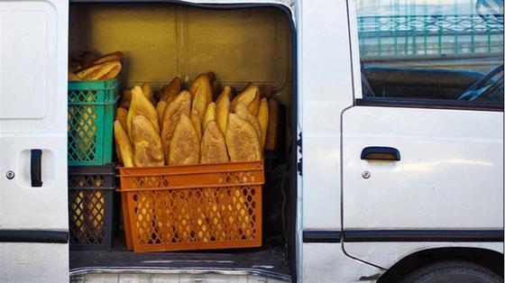 «Хлебное кощунство»: видео развозки хлеба в Карагандинской области возмутило Сеть (видео)