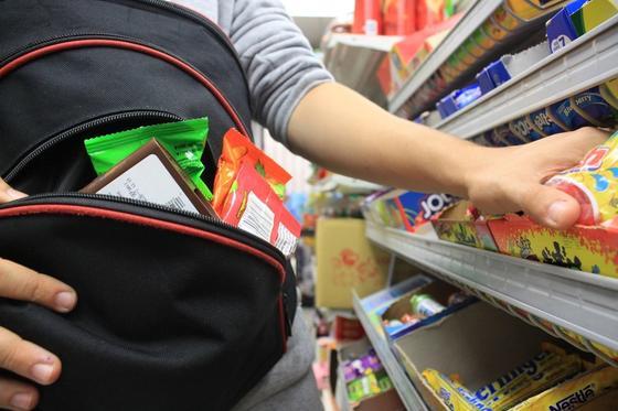 """В Казахстане появился новый вид краж """"шоплифтинг"""" среди молодежи"""