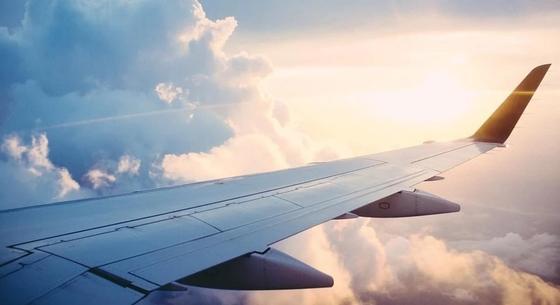 Впервые летевший на самолете пассажир перепутал аварийную дверь с туалетом