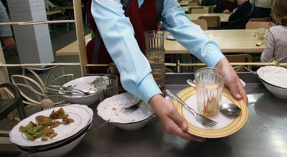 Старшеклассники отжали грязные тряпки в чай для младших школьников