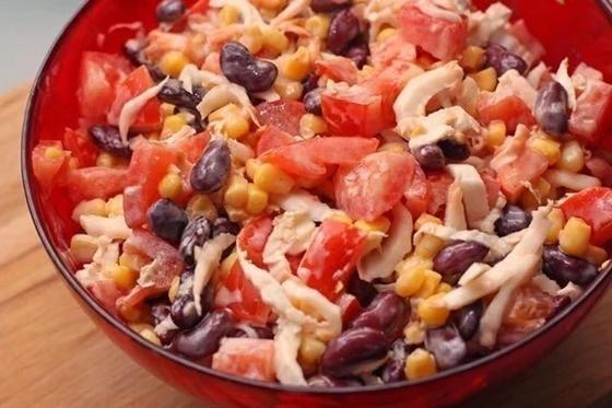 Салат с курицей, кукурузой и красной фасолью