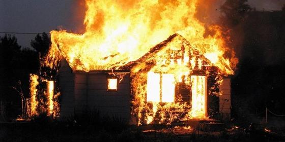 Тела двух мужчин нашли пожарные при тушении огня в особняке в Караганде
