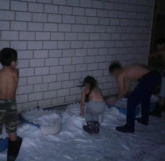 Үш баласымен бірге қарға шомылып жатқан азамат. Фото: NUR.KZ