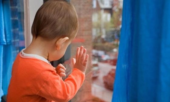 Двухлетний ребенок выпал из окна больницы в Таразе