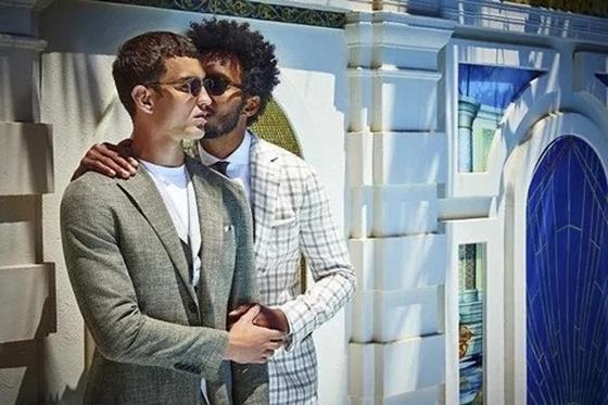 Целующиеся мужчины в рекламе стали причиной громкого скандала (фото)