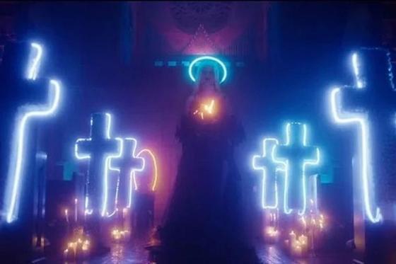 Полуголая певица станцевала в церкви