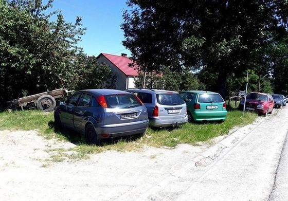 Перегонщики превратили село в свалку брошенных автомобилей
