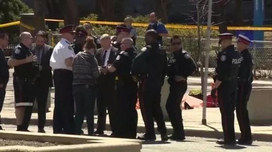 Автомобиль сбил пешеходов на тротуаре в Торонто, девять погибших