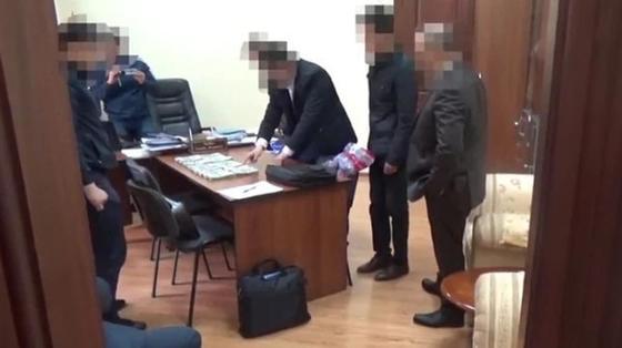 Главу управления Генпрокуратуры Кыргызстана задержали с крупной взяткой (видео)