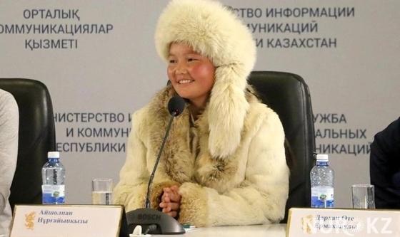 Знаменитой монгольской девочке-беркутчи вручили грант на обучение в Казахстане