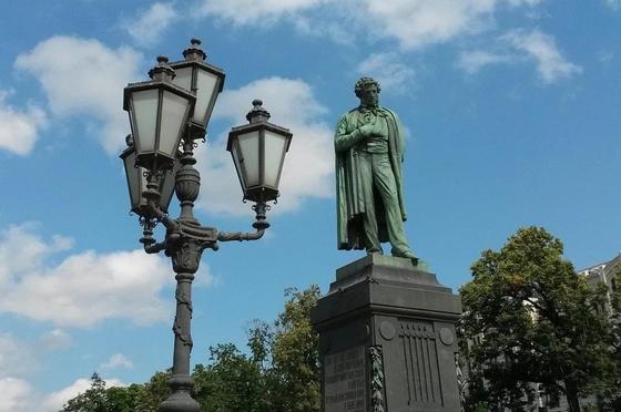 Немка просит полицию выяснить, насиловали ли ее у памятника Пушкину в Москве